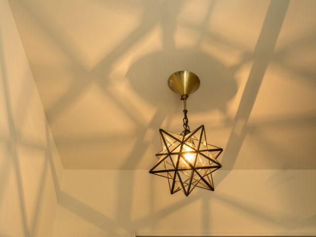 玄関を彩るお施主様支給された照明は幻想的な雰囲気を造りだします