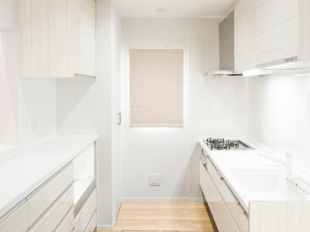 キッチンは清潔感溢れるホワイトをご採用