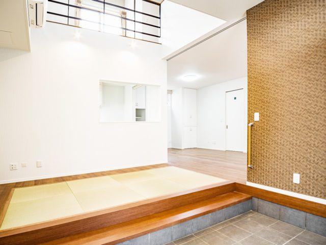 玄関ホールは縁なし畳を配置し来るお客様を和やかにする