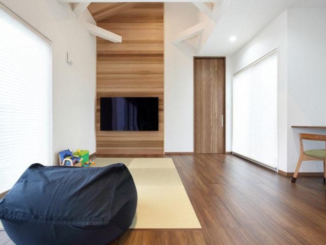 勾配天井から繋がるTV背面の壁はレッドシダーの板張りを採用し、ナチュラルな空間に♪