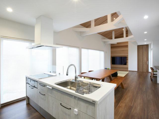 ダイニングには床暖房を完備 キッチンに半透明の扉付きの収納を設置!中の物が見えて使いやすいキッチンになりました♪